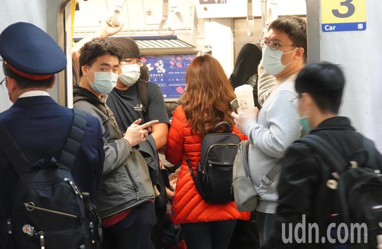 二二八連假今天傍晚開始出現返鄉民眾,由於雙鐵仍禁止車上飲食,搭車民眾即使手上拿著...