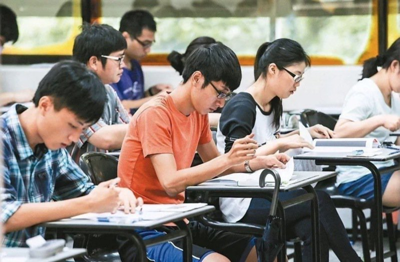 大學學測數學去年太簡單,大考中心主任張茂桂為此下台;今年數學被指近年最難,只篩選出高分群考生,卻考倒大批高中生。圖/聯合報系資料照片