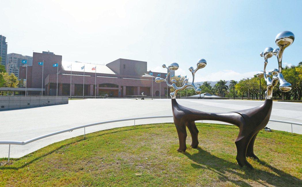 高雄美術館特區是高雄房市蛋黃區中的核心區,區內大坪數豪宅林立。圖為高雄美術館。記...
