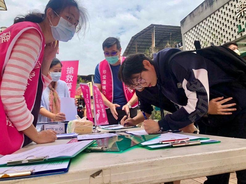 全國30所大學學生發起「粉紅風暴」串聯活動力挺藻礁公投,參與的學生數量眾多。圖/謝瑞恩提供
