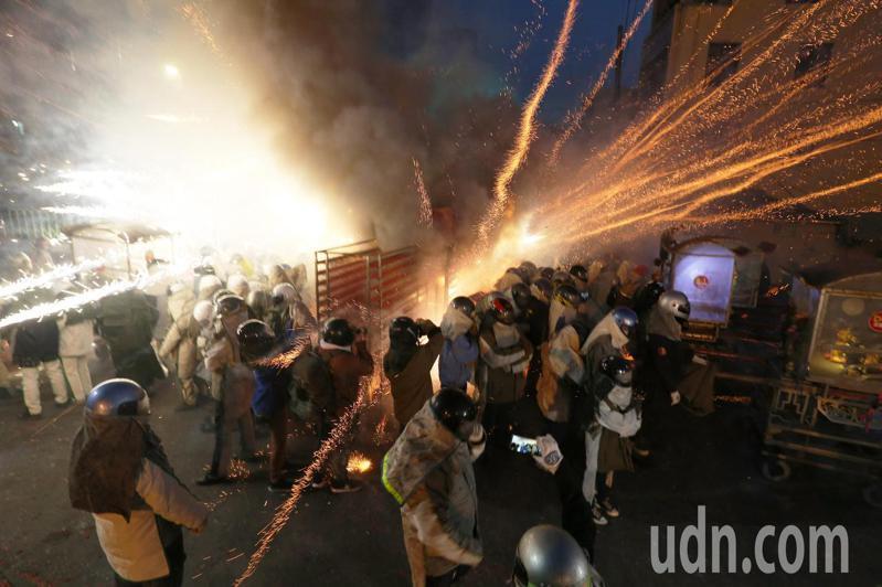 台南鹽水蜂炮今年雖然縮小規模,過程還是非常精彩震撼,由於民眾無法進入觀看,許多人就在路口遠處觀望。記者劉學聖/攝影