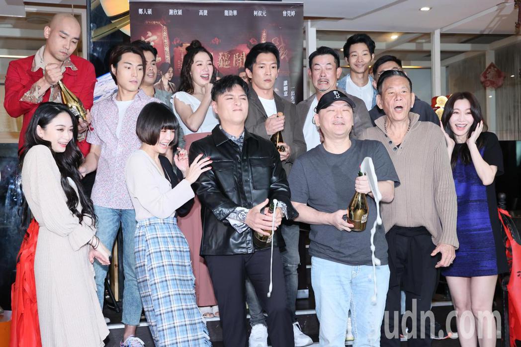 電影角頭-浪流連票房破2億,片中演員一同出席慶功宴,開香檳慶功。記者許正宏/攝影