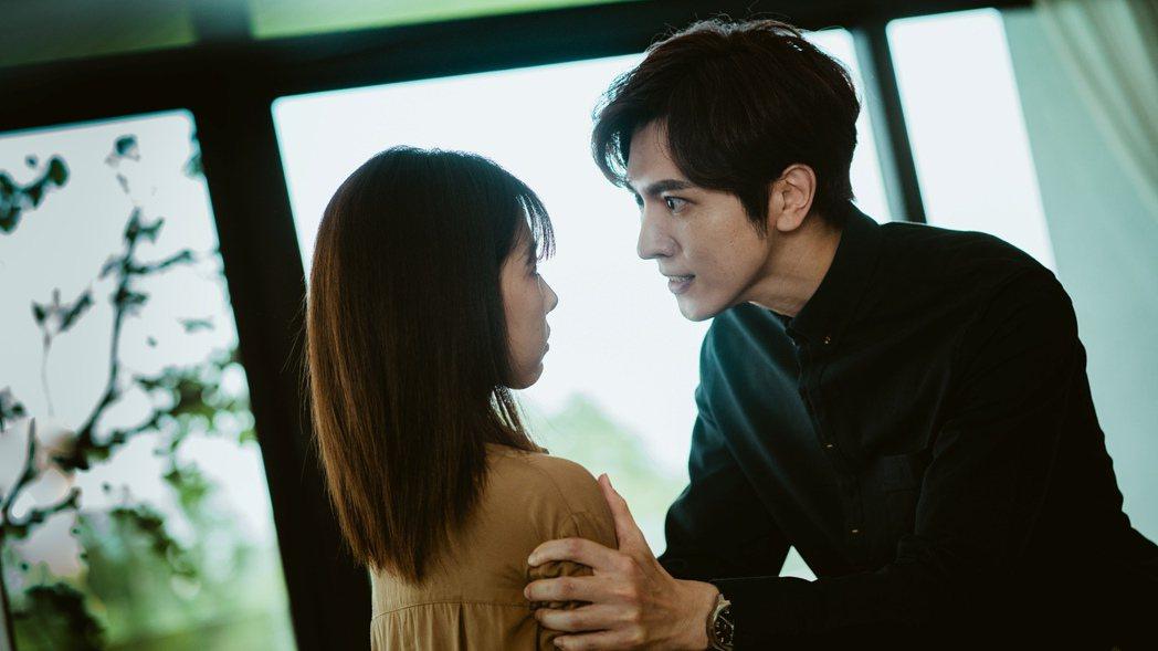 陳璽安(右)在「天巡者」中對邵雨薇的愛,變態卻深情而虐心。圖/三立提供