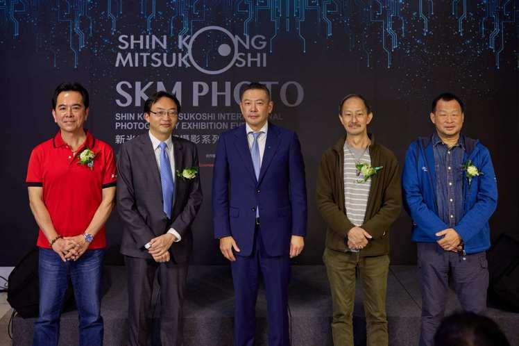 (左起)湧蓮國際有限公司總經理鄭開倫、台灣愛普生科技公司總經理輝偉偉、新光三越文...
