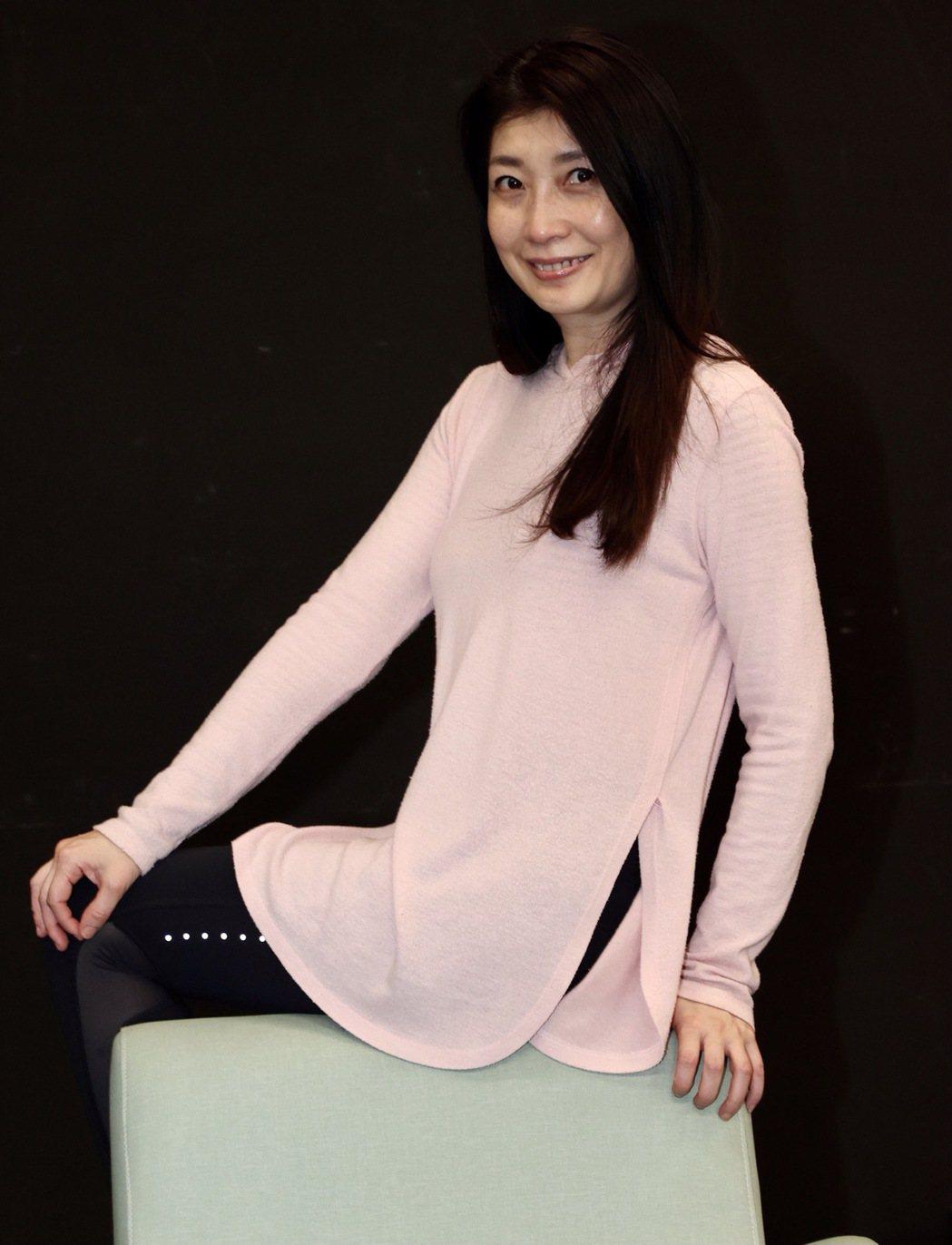 黃嘉千主演故事工廠舞台劇「暫時停止青春」,意境式的肉體關係,讓她演來「頭很痛」。...