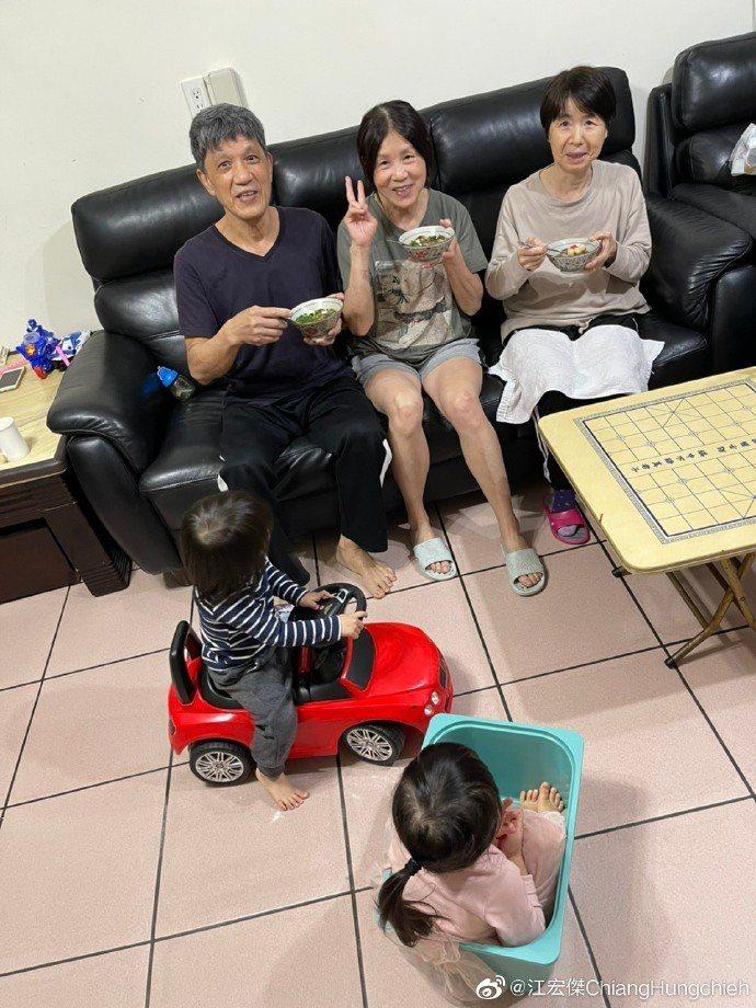 江宏傑元宵節於微博曬出全家福,粉碎婚變傳聞。圖/摘自微博