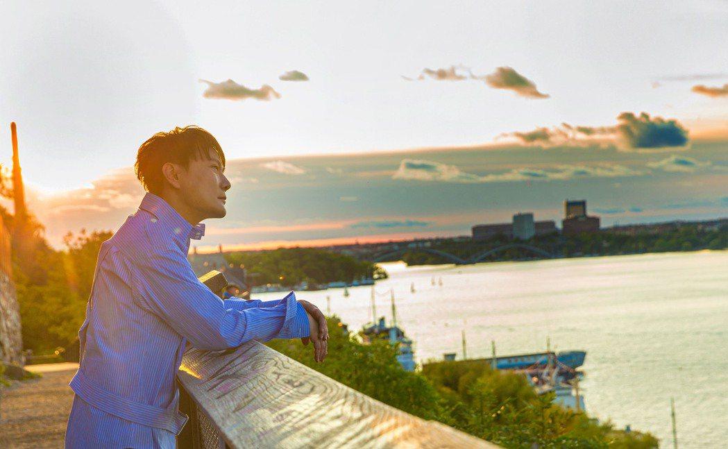 張信哲2019年赴瑞典首都斯德哥爾摩參加創作營,等了一年多,終於催生新專輯「就懂...