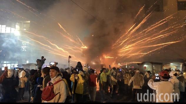 台南鹽水蜂炮城持續轟炸,遊客聚集武廟廟前人潮洶湧。記者周宗禎/攝影