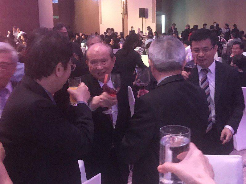 義联集團今晚在「朕豪大酒店」舉辦新春聯誼晚宴,創辦人林義守(左二)逐桌向往來廠商與員工敬酒。記者徐白櫻/攝影