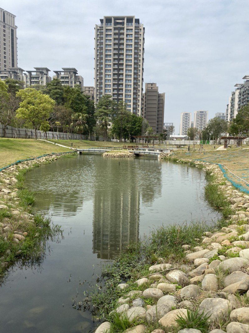新竹縣竹北市東興圳景觀再造一期工程中的公26公園昨天驗收,最快下周就會拆除圍籬啟用。圖/新竹縣府提供