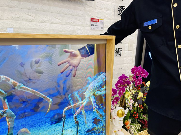 現場展示全台唯一Panasonic OLED透明電視未來概念機。記者黃筱晴/攝影