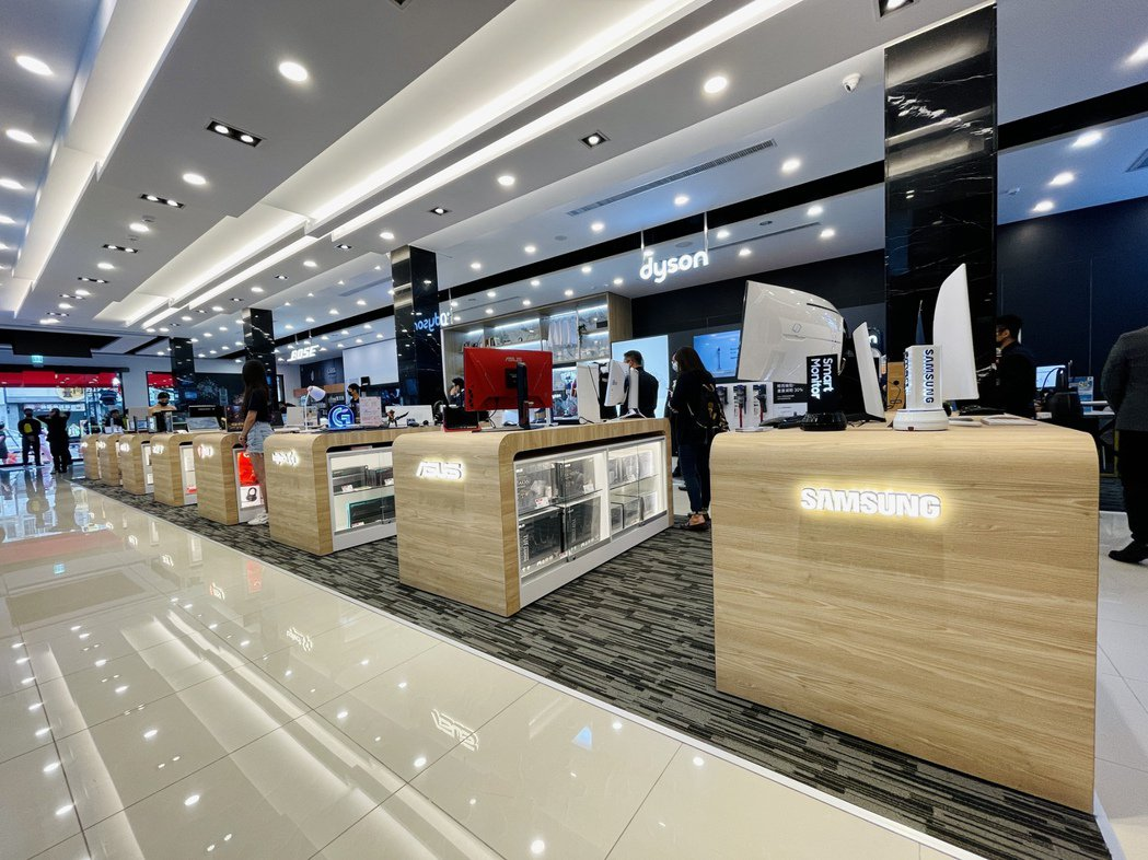 燦坤台中Surpass超越店共占地140坪,導入13個優質品牌的頂級系列商品。記...