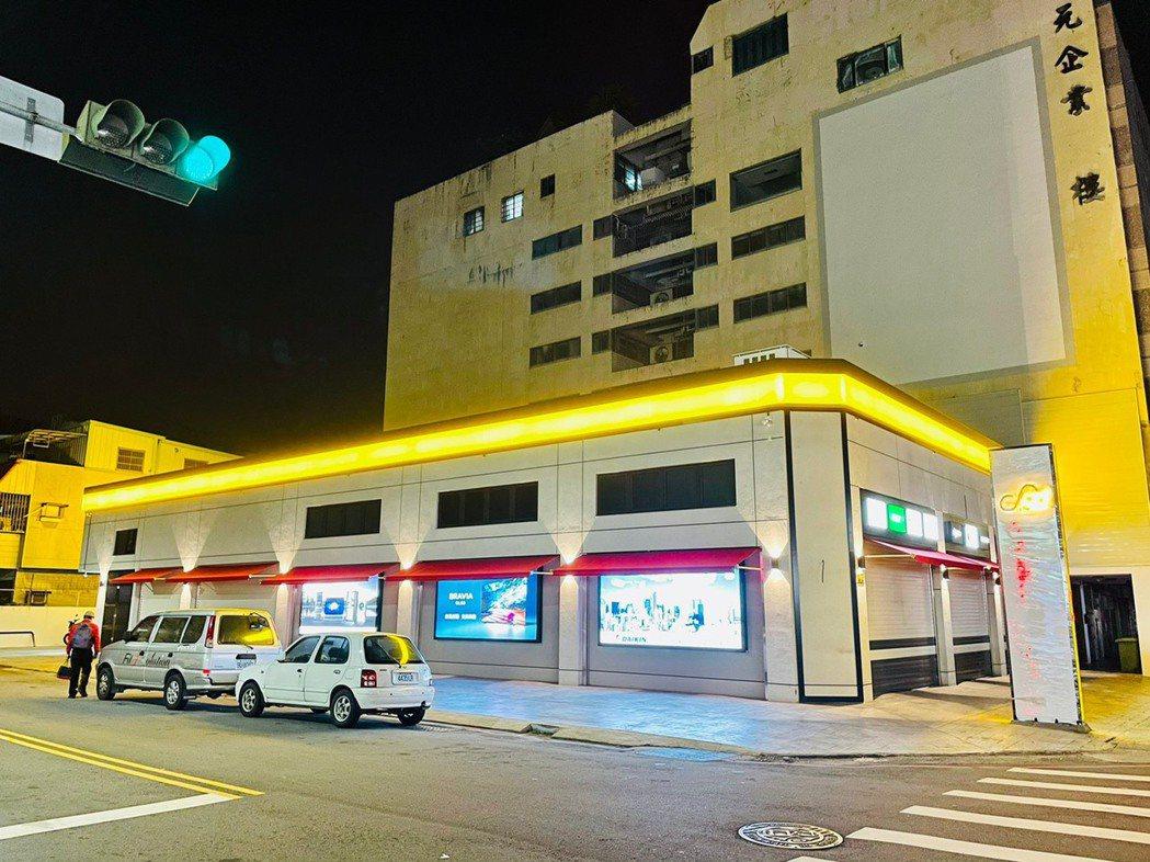 燦坤台中Surpass超越店夜間外觀,打造台中新地標。圖/燦坤提供