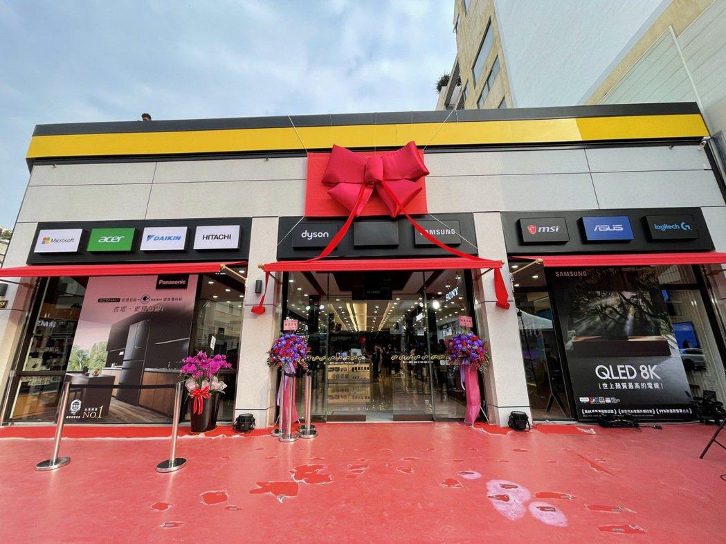 燦坤台中Surpass超越店26日晚間盛大開幕,打造台中新地標。記者黃筱晴/攝影