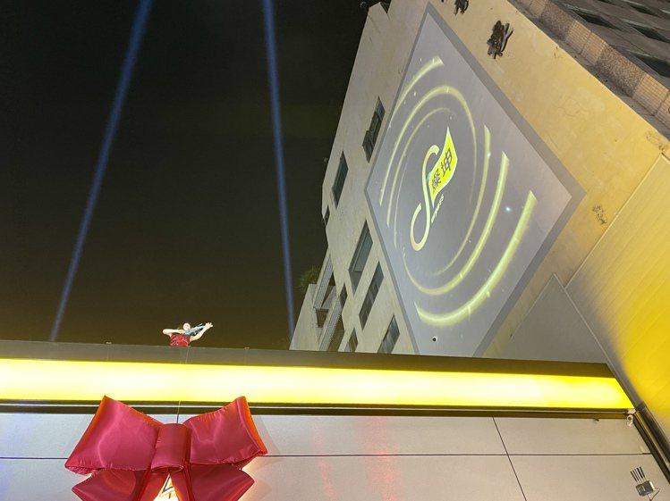燦坤全新「Surpass超越店」26日於台中市南屯區盛大開幕,以絢麗的炫光投影秀...