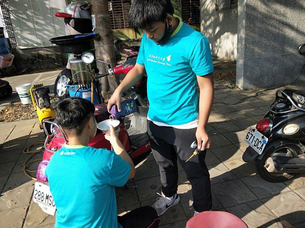 屏東內埔農工學生組成「內農機車服務隊」,學生定時到社區免費協助居民換機油、調整後...