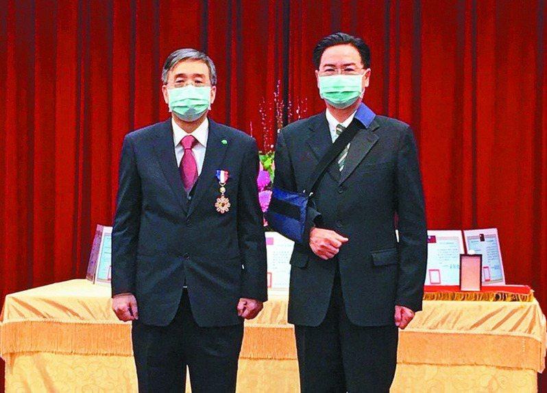 國泰醫院獲「外交之友貢獻獎」,由外交部長吳釗燮(右)頒獎,國泰醫院院長李發焜(左)受獎。圖/國泰醫院提供