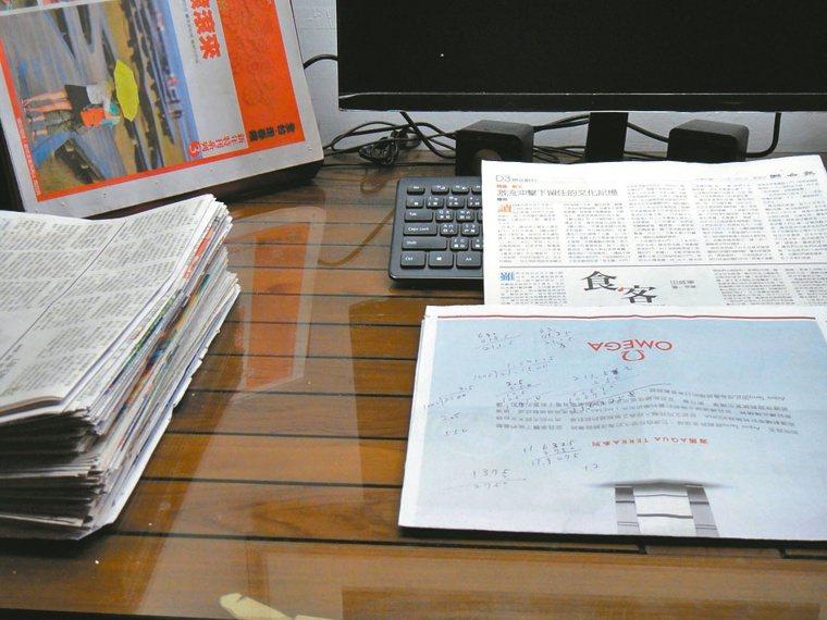 過年終於有時間可以看累積下來的副刊,分享每一篇文章背後的各種故事。圖╱陳金鳳提供