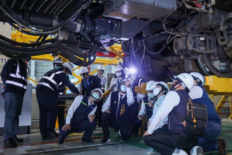 台中市長盧秀燕(右三)昨天到北屯機廠主維修場,了解電聯車聯結器新軸心改進後的安裝方式,重申「安全」是通車密碼。記者喻文玟/攝影