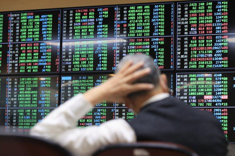 美國公債殖利率攀高,衝擊美股重挫,亞股跟進大跌。加上MSCI調整台股權重,外資瘋砍台股,三大法人合計賣超逾千億,台股重挫近五百點。記者林伯東/攝影