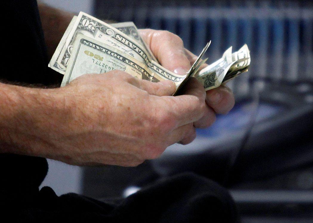 最新資料顯示,美國民眾領到紓困金,因而推高1月個人所得。路透
