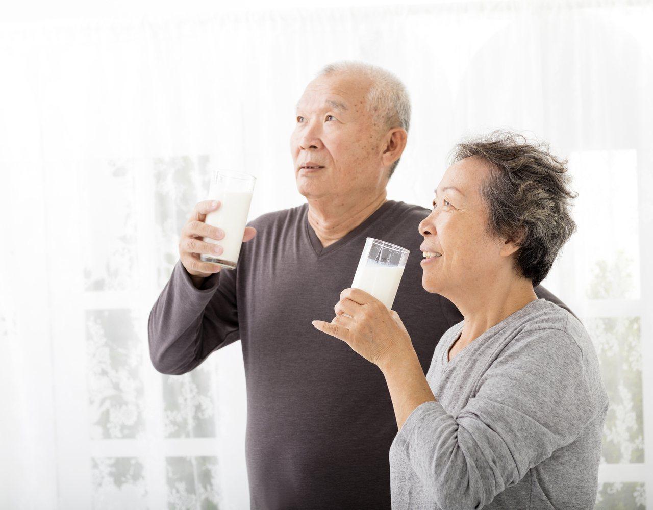 長輩進食除了要避免發生嗆咳,也應均衡攝取食物的營養。圖/123RF