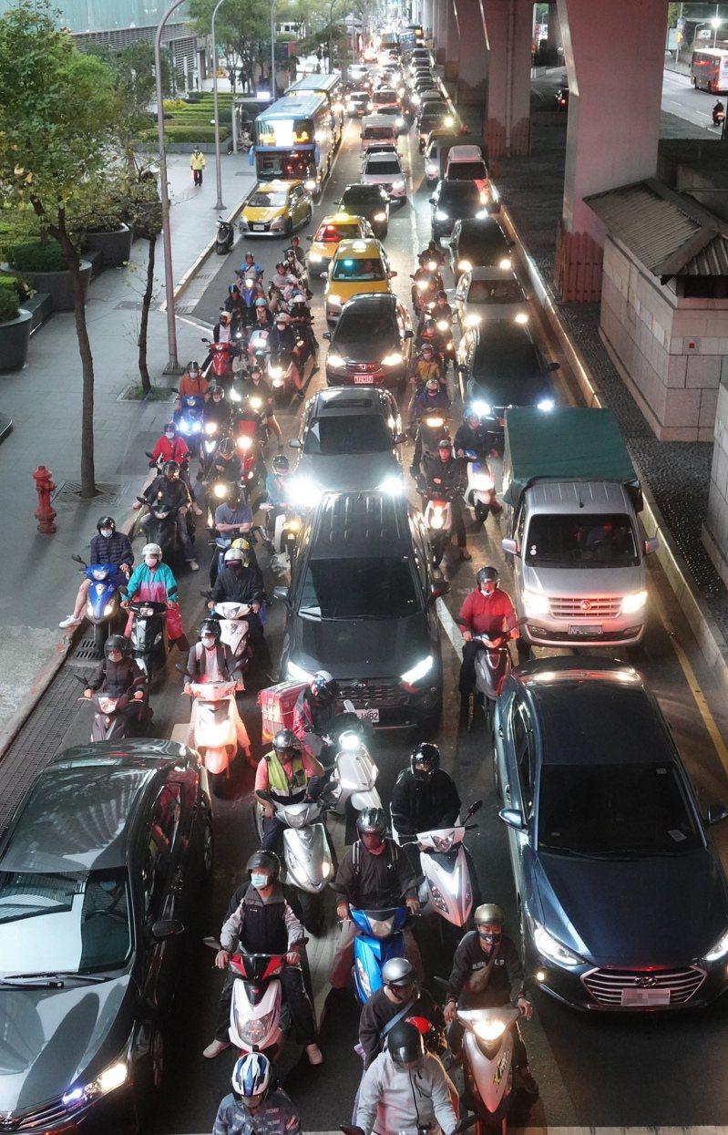 今起是二二八連假,昨天傍晚台北市有些道路已出現車潮。記者潘俊宏/攝影