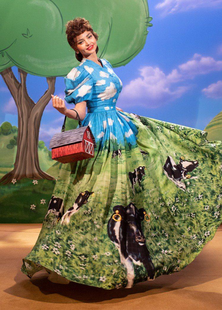 MOSCHINO 2021秋冬滿版乳牛圖案的草原裙裝讓人印象深刻。圖/MOSCH...