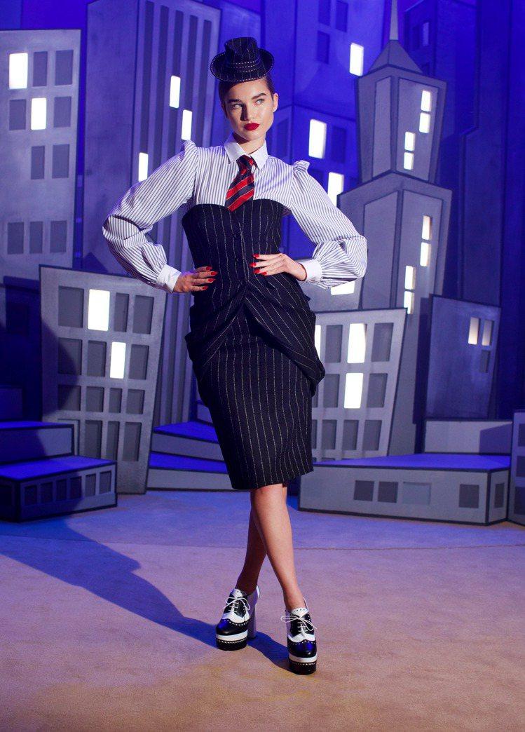 MOSCHINO 2021秋冬女裝影片首先登場的是商務休閒系列。圖/MOSCHI...