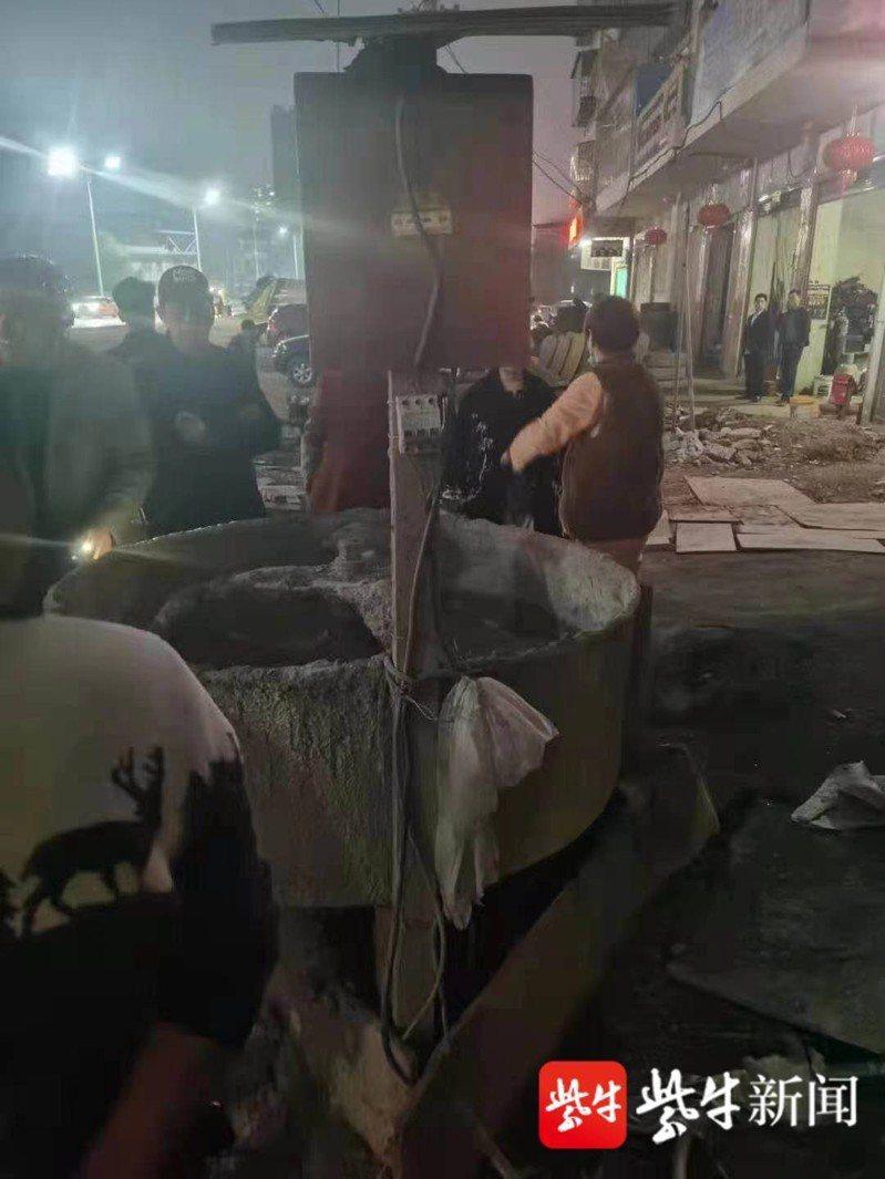 中國湖南衡陽市有一名女童卻意外闖入工地,跌入工地內的水泥攪拌機裡,目前正在加護病房搶救中。 圖/紫牛新聞