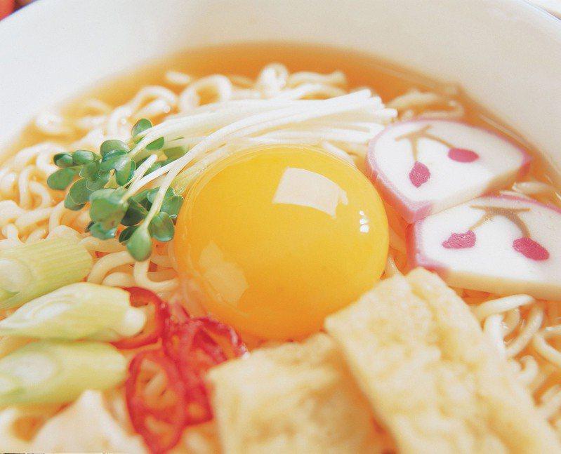 便有網友分享,之前看到一支韓國的影片,會替客人煮不同品牌的泡麵,再加上不同的料,就可以直接端給客人,讓他不禁好奇,這種經營模式「在台灣有搞頭嗎?」  圖/ingimage