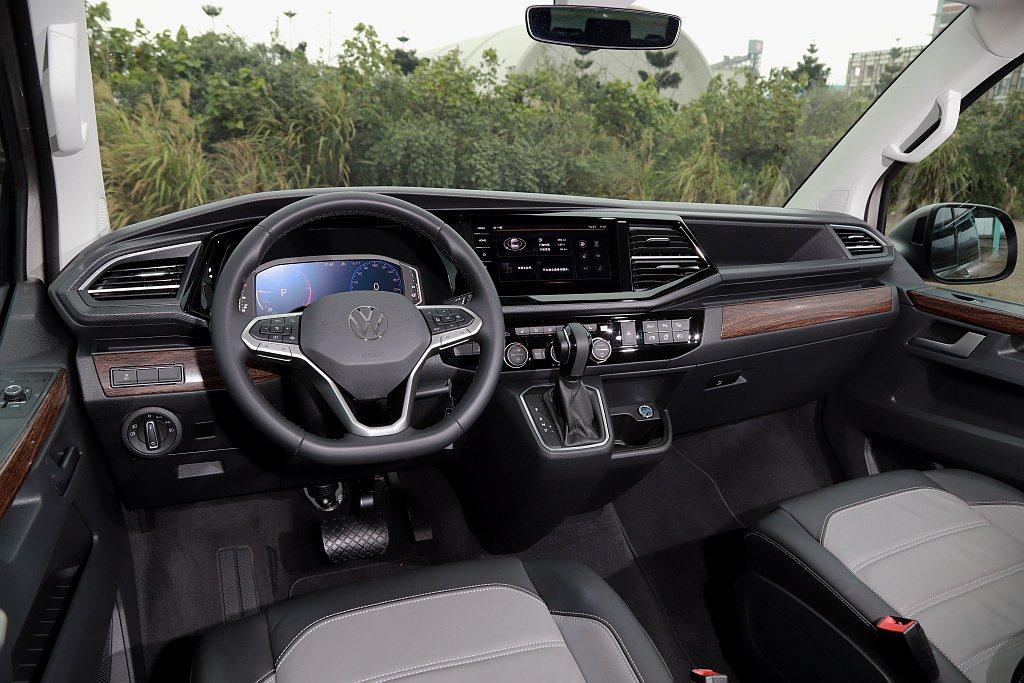 福斯商旅T6.1 Multivan駕駛艙大量使用木紋飾板(中控、內車門等處),來...