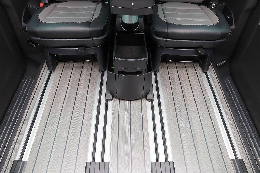 Highline車型以上的後乘客艙採用高級類木紋(楓木紋)地板鋪陳,呈現與豪華品...