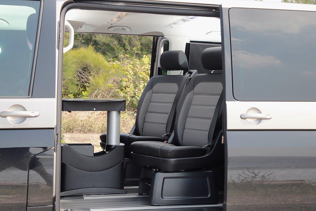 第二排為雙獨立座椅與專屬多功能收納摺疊桌設定並具備前/後滑移、可旋轉、可拆卸功能...