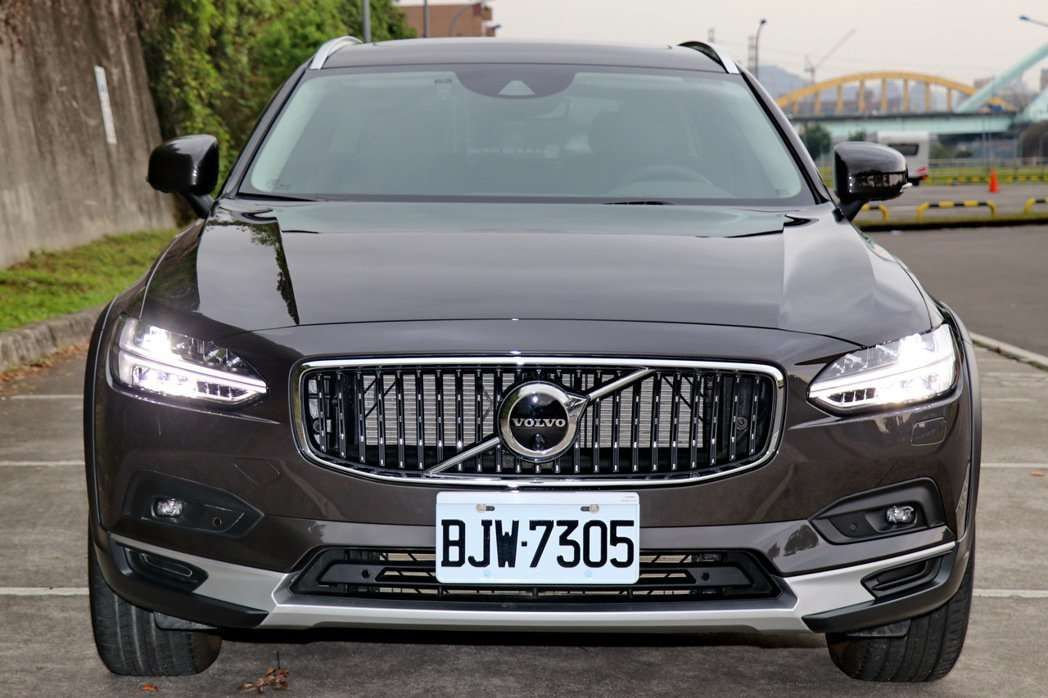 Volvo V90 Cross Country小改款後針對水箱護罩格網重新設計,...