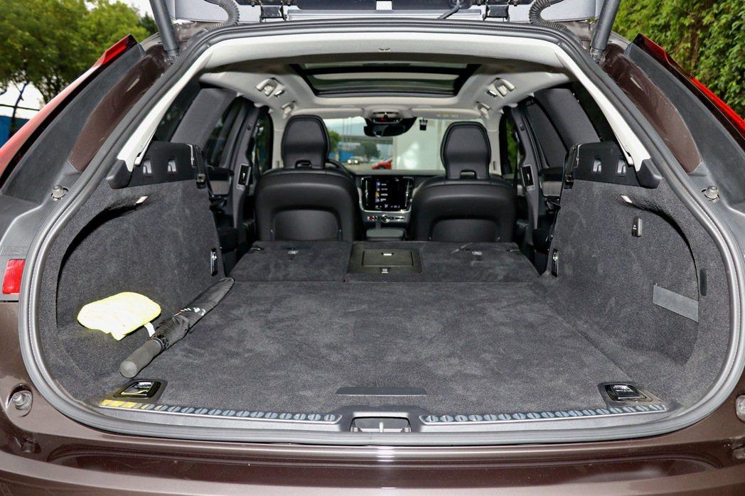 將後座座椅傾倒,可一舉達到1526L的驚人容量。 記者陳威任/攝影