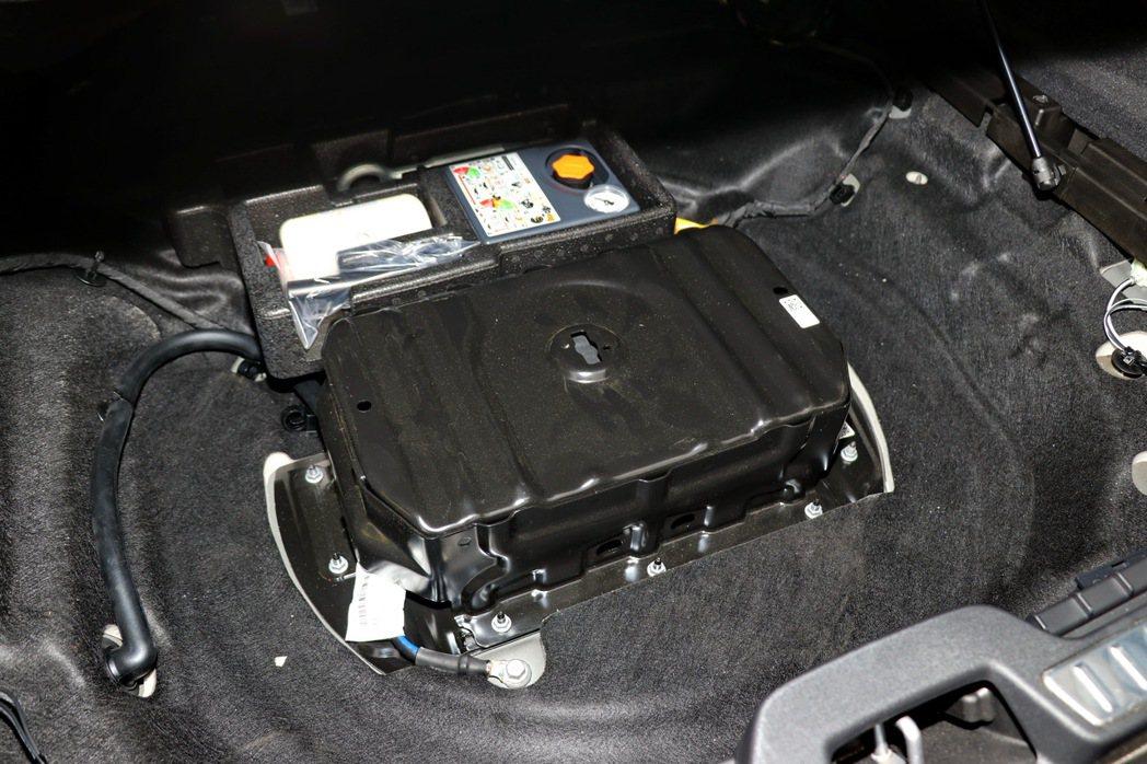 後車廂的48V鋰電池組,具備強化煞車動能回收效率、減少油耗、怠速啟動更平順等特點...