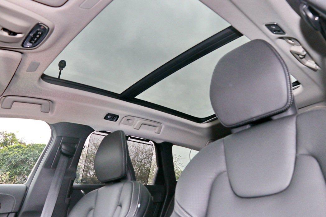 全景天窗提供車室內明亮視野。 記者陳威任/攝影