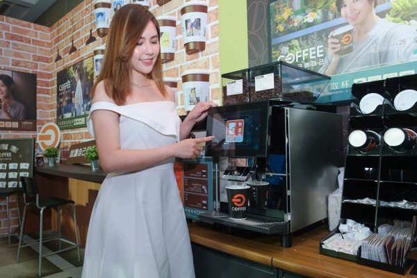 全聯咖啡採取「自助式」方式,提供美式、拿鐵兩種選擇。 圖片來源:全聯