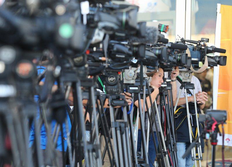 台灣有線電視總戶數創新低,此時卻有3家業者排隊向NCC申請新聞台執照。圖為電視台記者大陣仗採訪示意圖,非新聞當事人。記者林澔一攝影/報系資料照