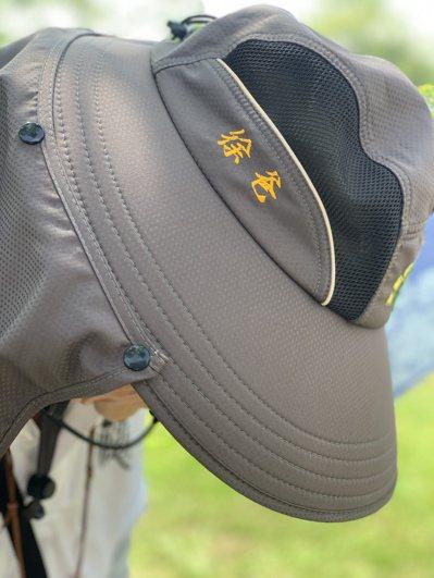 徐爸的志工帽沿還打印「徐爸」專屬字樣,陪他上山下海。記者吳貞瑩/攝影