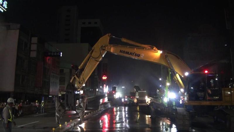 凌晨零時起,高雄中博高架橋開拆。記者王昭月/攝影