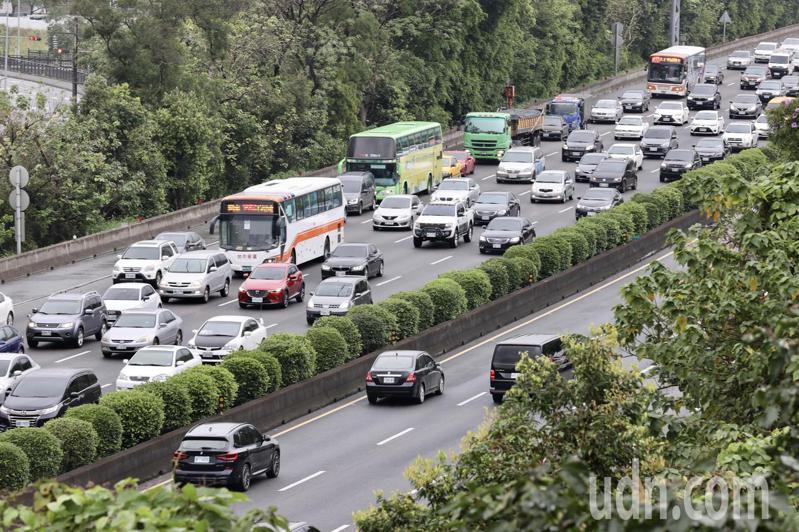 連假首日,上午國道3號南向三鶯至龍潭之間塞爆。記者許正宏/攝影