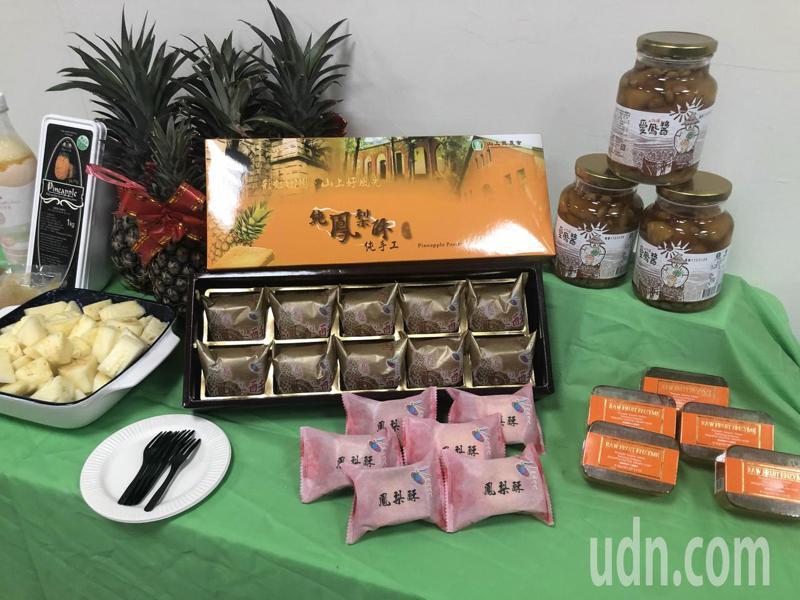 立委郭國文、台南市議員林志展、產區農會及加工業者呼籲大家一起來吃鳳梨、加工業者與消費者買鳳梨,實質挺農民。記者周宗禎/攝影
