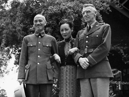 二戰期間,盟軍中印緬戰區參謀長史迪威因兩架運輸機與蔣中正鬧翻,圖為1942年4月蔣中正(左起)宋美齡夫婦在緬甸美苗與史迪威會談。圖/翻攝自1942年5月Life Magazine