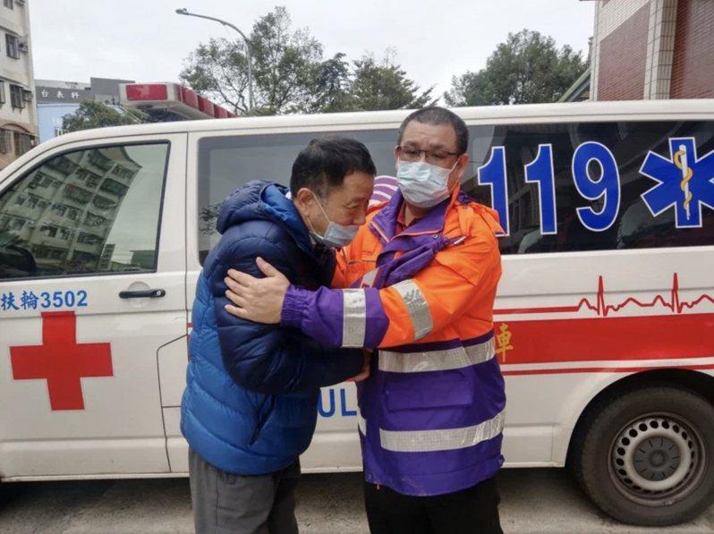胡男(左)打麻將一半突心臟停止,經牌友幫他CPR、消防到場接力,胡康復出院到大林分隊向消防員致謝。圖/消防提供