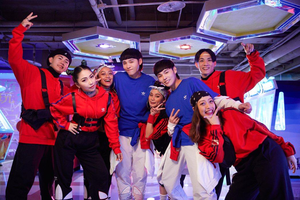展榮(左四)、展瑞(右三)和舞者們尬舞。圖/華納音樂提供