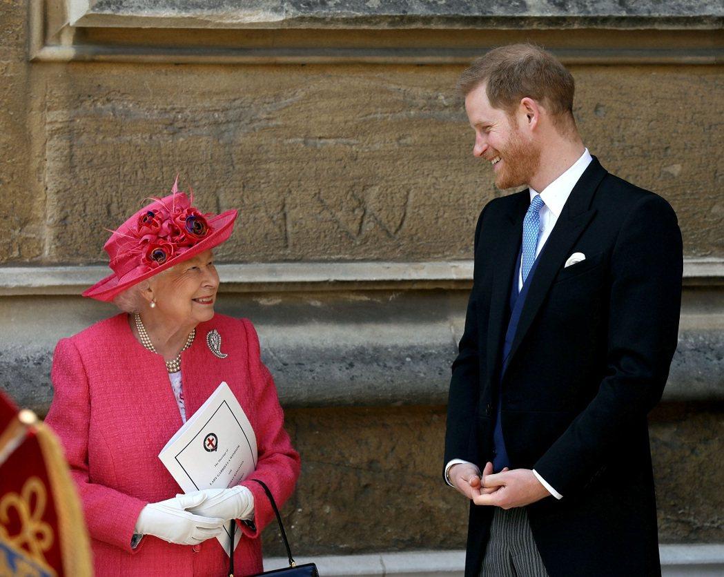 英國女王伊莉莎白二世與孫子哈利王子,攝於2019年。路透
