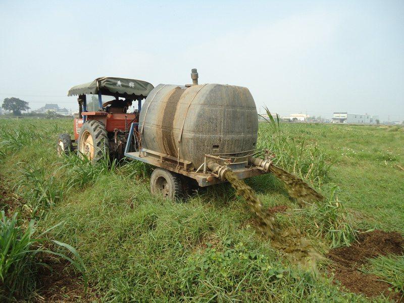 畜牧業者把家禽家畜排泄物發酵處理後,澆灌農地當肥料。圖/環保局提供