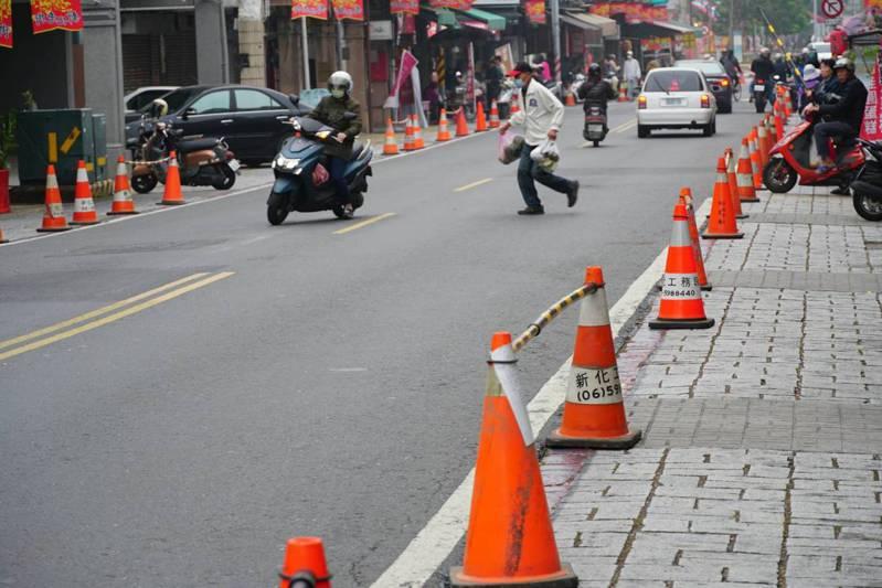 台南新化老街兩側警方設立三角錐,228連假禁止路邊停車。圖/讀者提供
